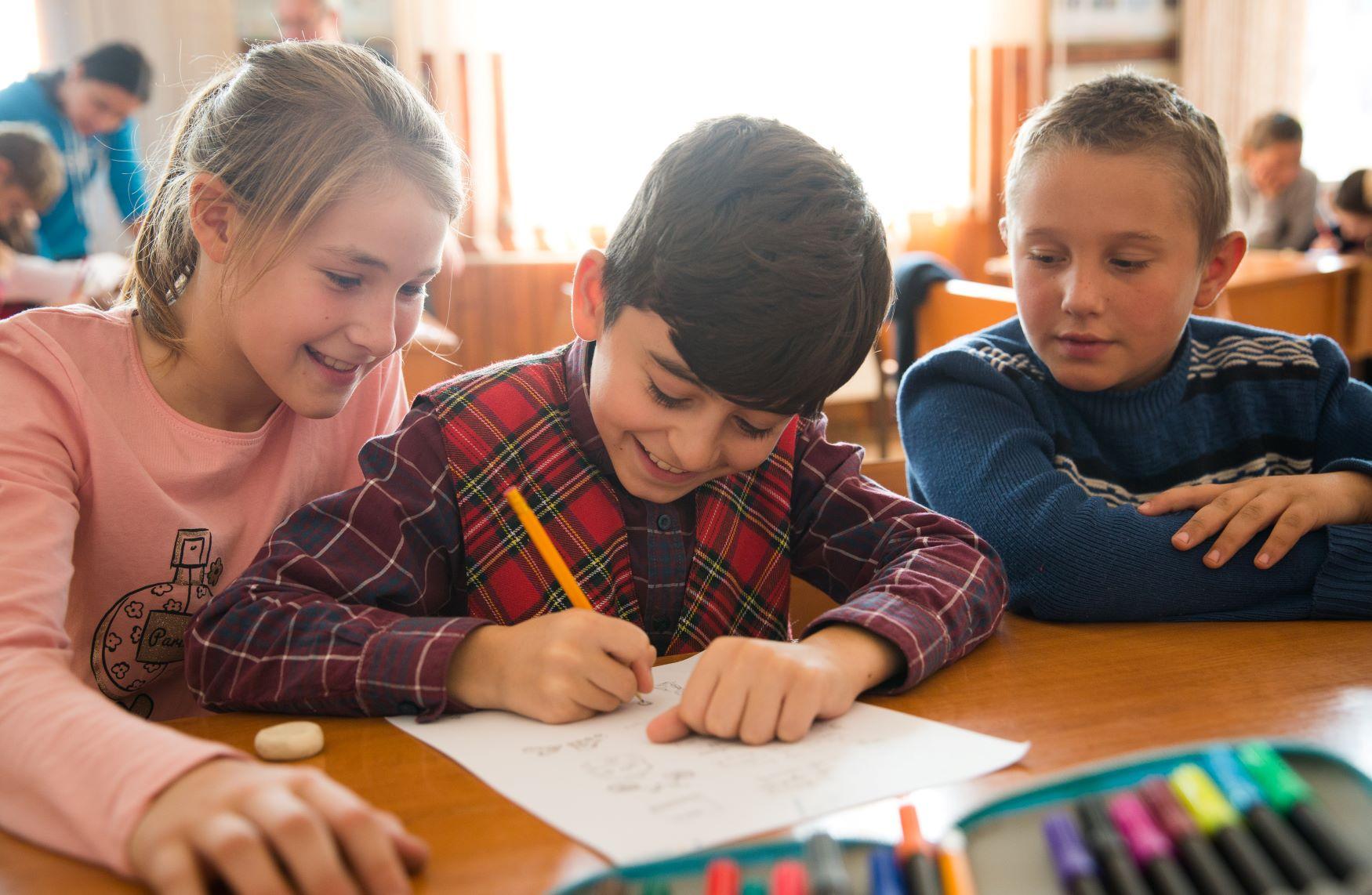 Scrisul de mână îi ajută pe copii să înveţe mai mult