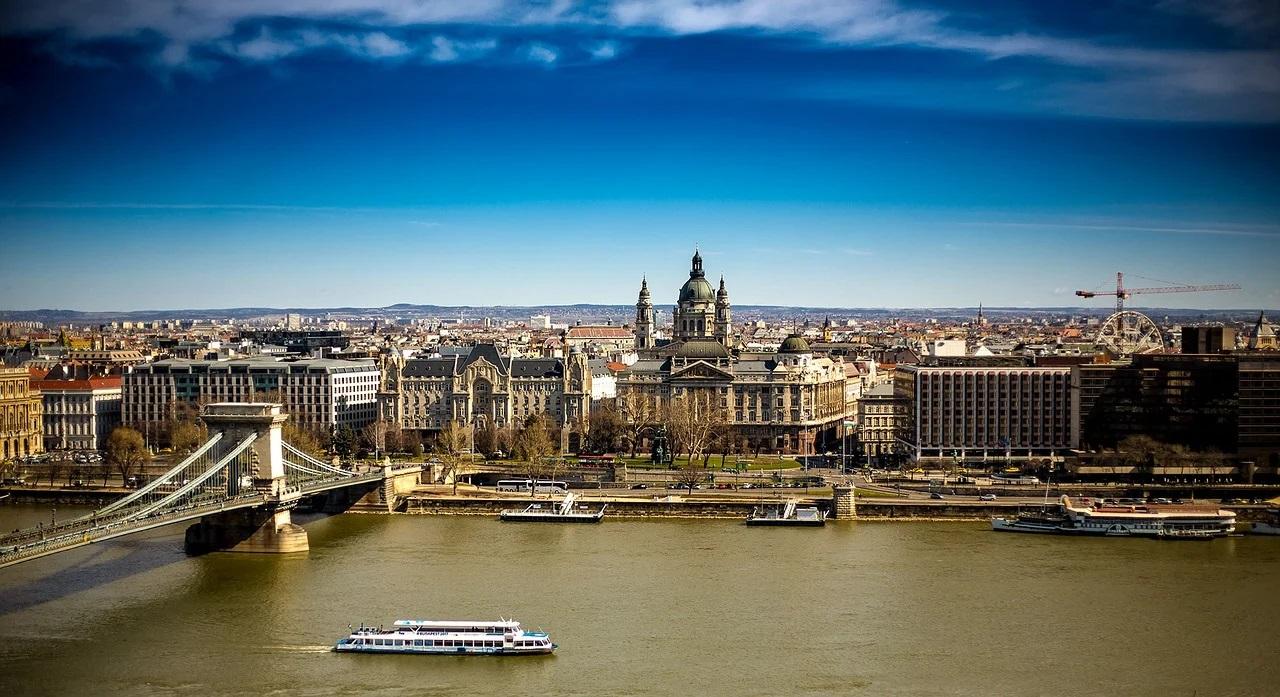 Ungaria închide frontierele pentru cetăţenii străini