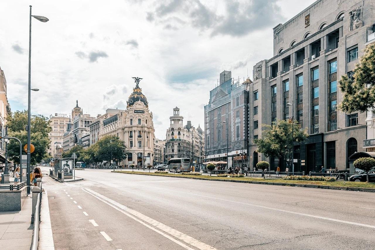 Mai multe regiuni spaniole au închis activităţile neesenţiale