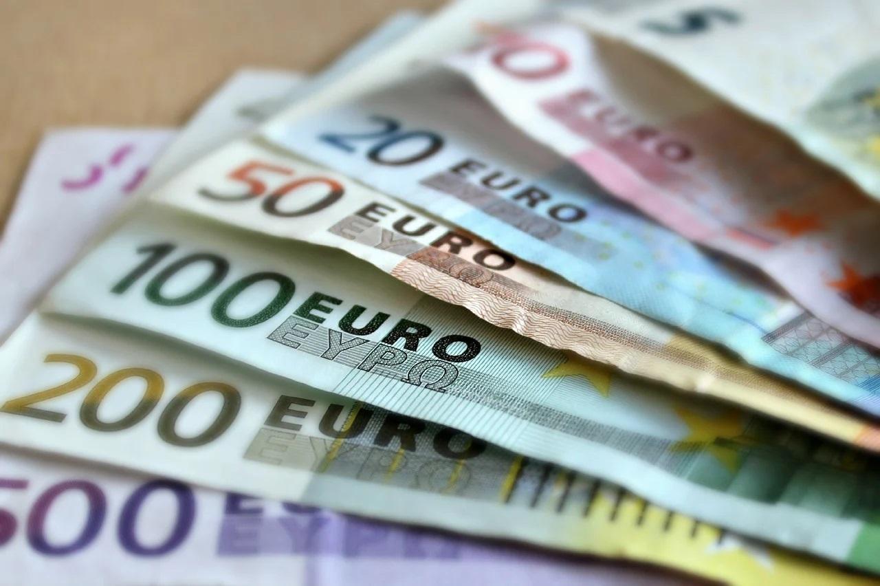 BCE ar urma să anunţe noi măsuri de sprijin monetar şi fiscal